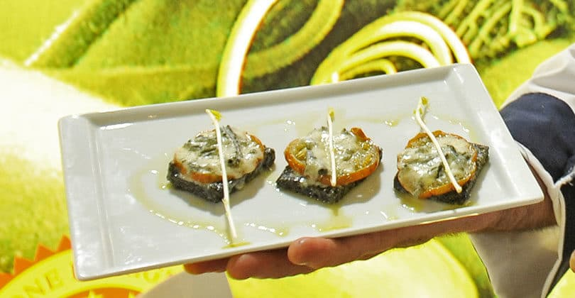Crostoncino-di-polenta-al-nero-di-seppia,-Melanzana-Rossa-di-Rotonda-DOP