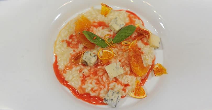 Risotto-mantecato-alla-scorza-di-Arancia-Rossa-di-Sicilia-IGP,-servito-con-cubi-di-Gorgonzola-Piccante-DOP