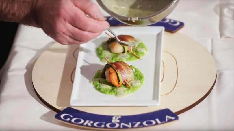 Capasanta avvolta in Zucchina e Pancetta, con Crema di Piselli e Fonduta di Gorgonzola Piccante